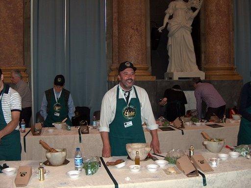 bruno-canepa-del-GAV-al-campionato-mondiale-del-pesto-al-mortaio-genova-2008.jpg
