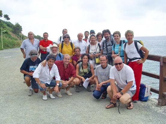 Foto di gruppo dei camminatori a Baia del Corvo di Varazze