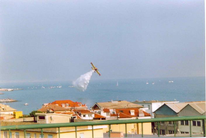 Dimostrazione di un Canadair davanti al molo Marinai d'Italia