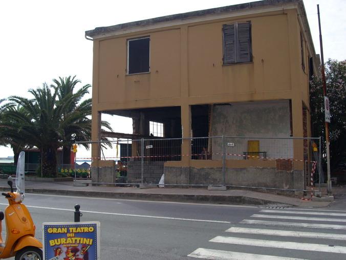 Gli storici cantieri Parodi vengono demoliti- Inizio lavori giugno 2007.